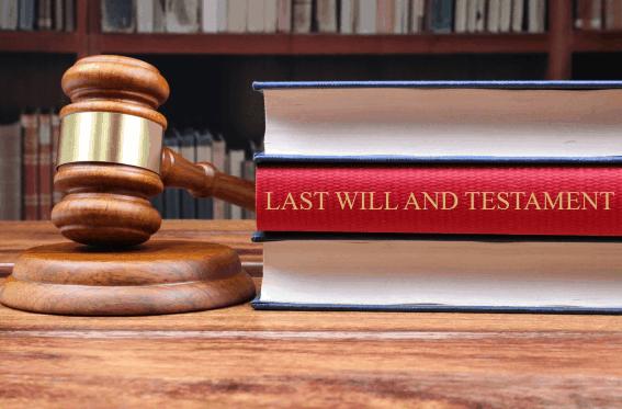 Hammer eines Richters mit Gesetz zum Einzeltestament